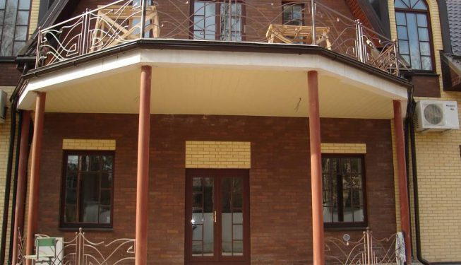 Кованые перила и балкон