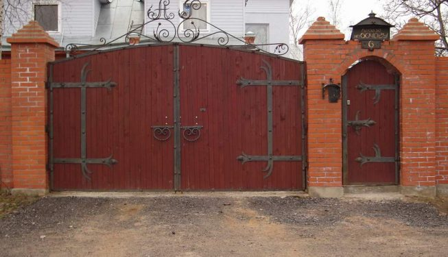 Кованое украшение деревянных ворот и калитки
