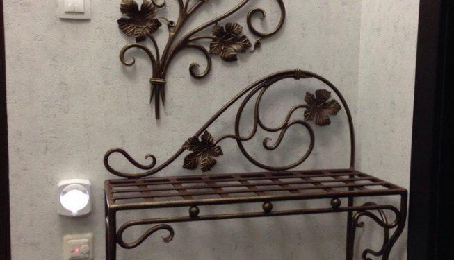 Банкетка в прихожую с декоративным элементом на стену