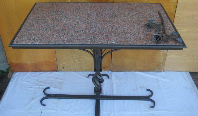 Уличный стол с каменной столешницей