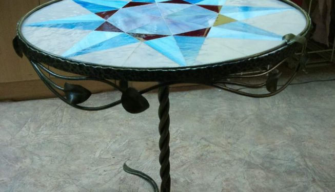 Столик с витражной столешницей