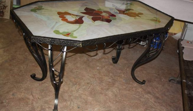 Обеденный стол с витражом