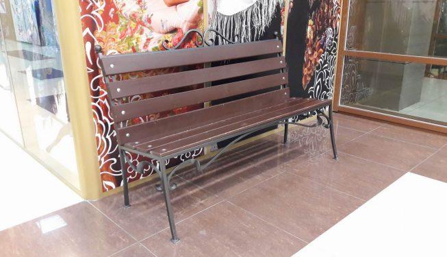 Скамейка в торговом комплексе