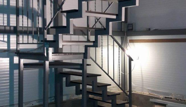 Лестница в сборе с перилами