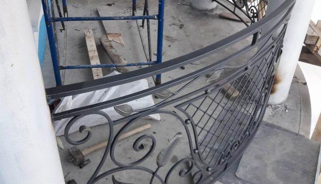 Полукруглый кованый балкон