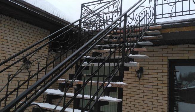 Лестница уличная с перилами