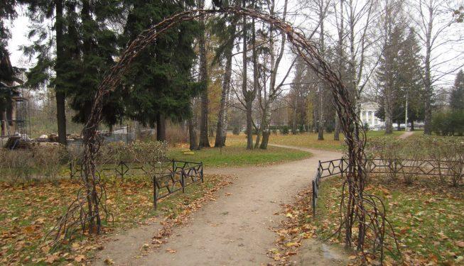 Кованая арка при входе в парк