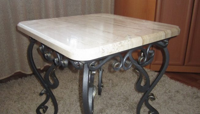 Журнальный столик с мраморной столешницей