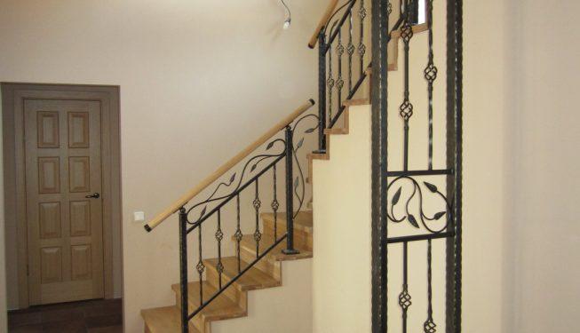 Перила и опора для лестницы в интерьере