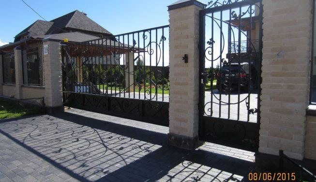 Кованые откатные ворота и калитка