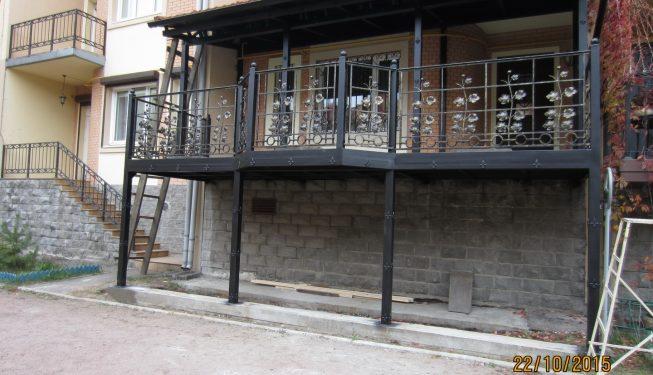 Пристройка к дому с коваными перилами