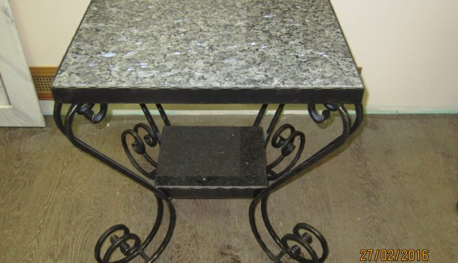 Журнальный столик с каменными вставками