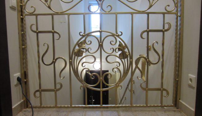 Калитка внутри дома на лестницу