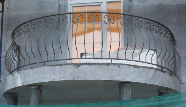 Полукруглый французский балкон