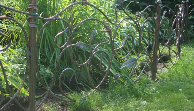 Кованое садовое ограждение