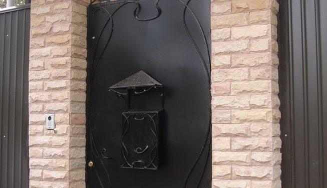 Кованая калитка с почтовым ящиком и фонарями на столбах