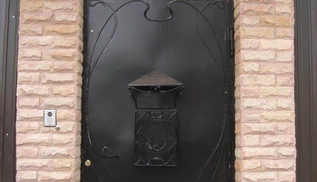 Калитка с кованым почтовым ящиком