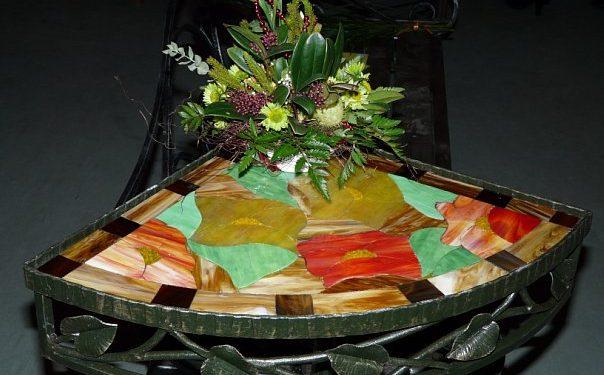 Декоративный угловой столик с витражом